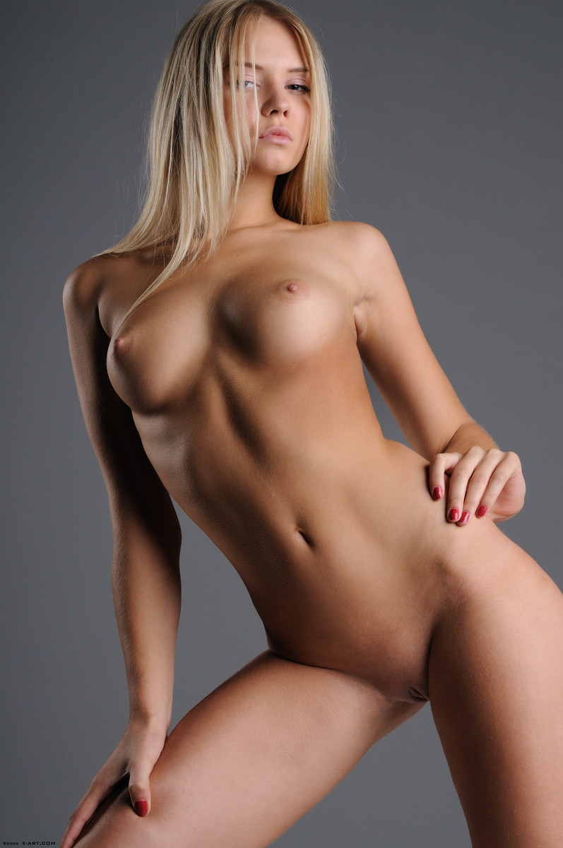 02 la jovencita rubia aria argento nos calienta con su hermoso cuerpo