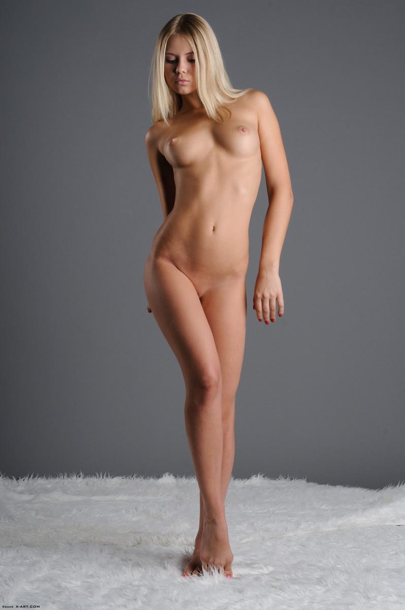 04 la jovencita rubia aria argento nos calienta con su hermoso cuerpo