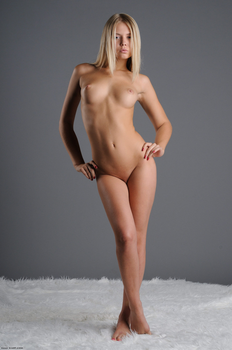 05 la jovencita rubia aria argento nos calienta con su hermoso cuerpo