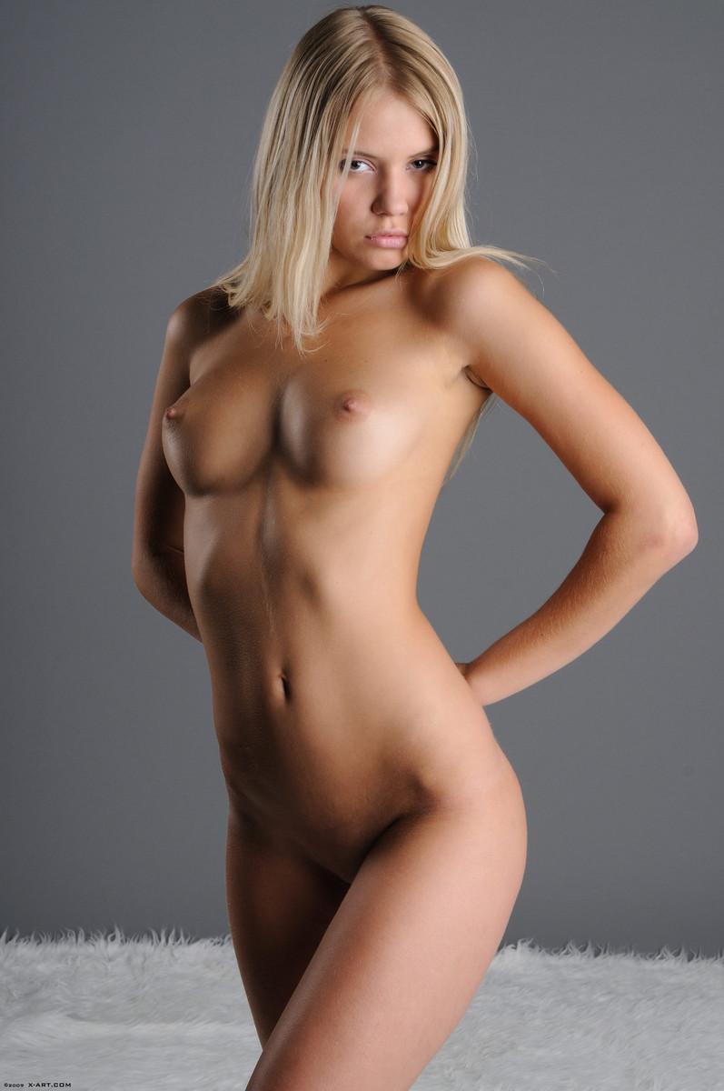 06 la jovencita rubia aria argento nos calienta con su hermoso cuerpo