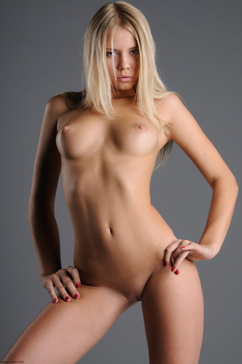 07 la jovencita rubia aria argento nos calienta con su hermoso cuerpo