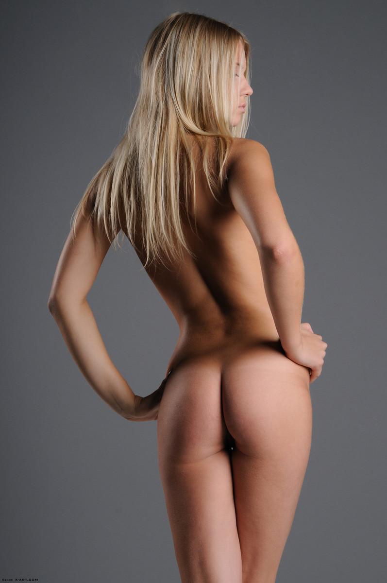 08 la jovencita rubia aria argento nos calienta con su hermoso cuerpo