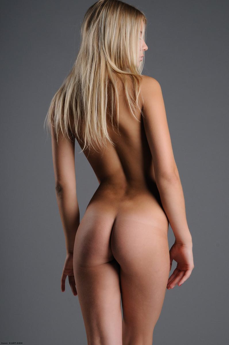 09 la jovencita rubia aria argento nos calienta con su hermoso cuerpo
