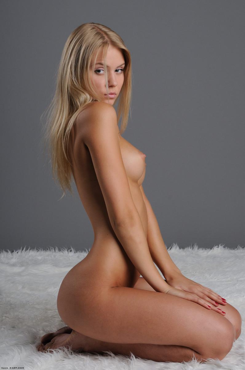 11 la jovencita rubia aria argento nos calienta con su hermoso cuerpo