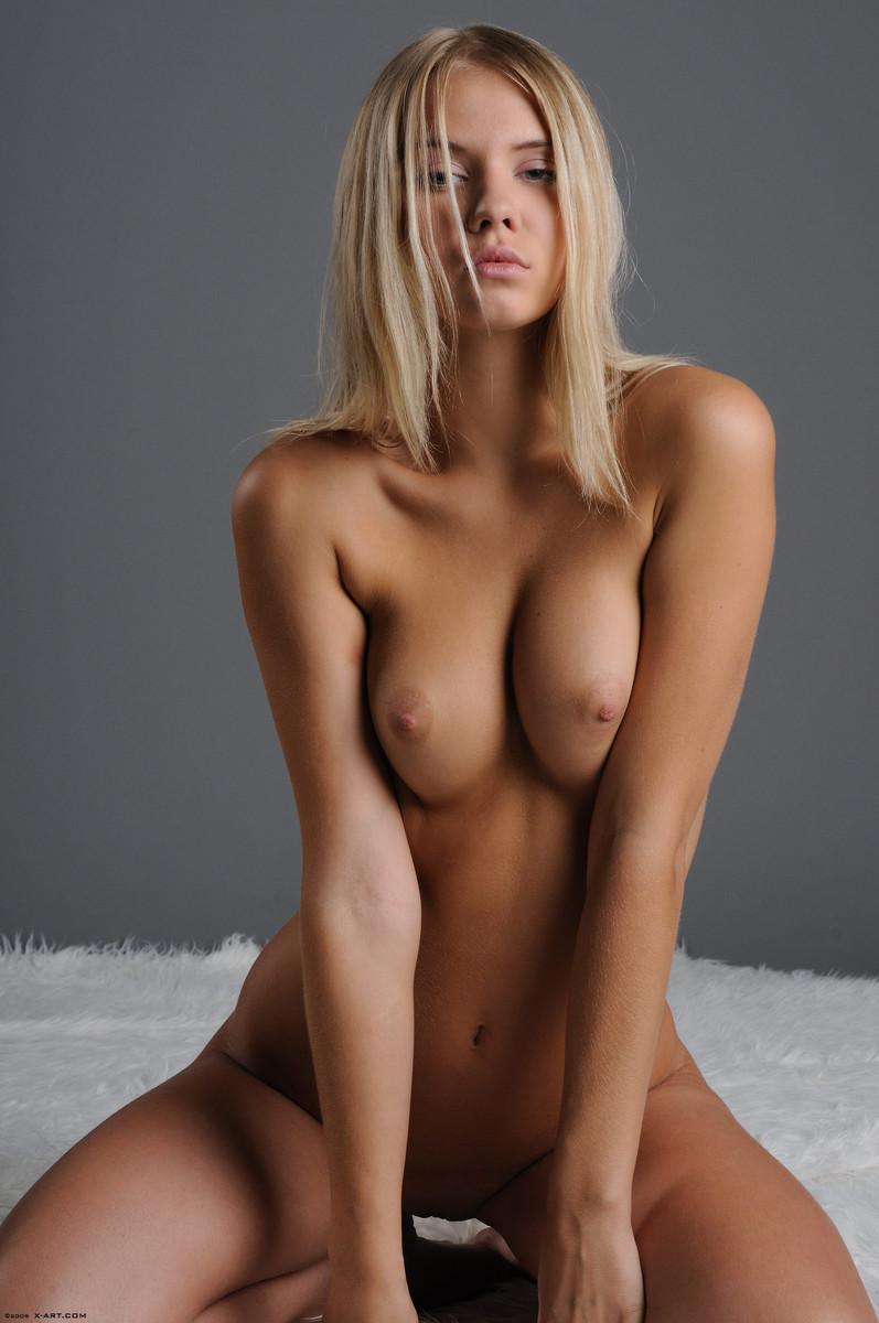12 la jovencita rubia aria argento nos calienta con su hermoso cuerpo