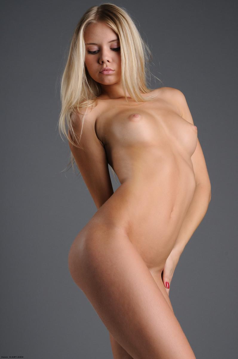 14 la jovencita rubia aria argento nos calienta con su hermoso cuerpo